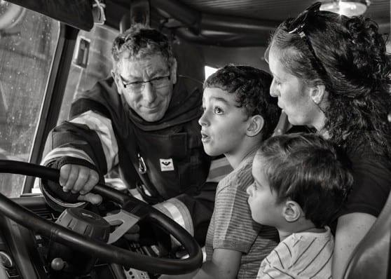 מוריה אשכנזי והילדים ביום חוויתי בתחנת כיבוי אש בחיפה