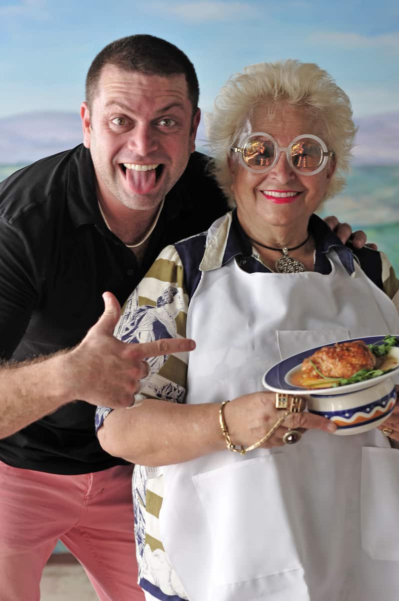 ליאור לייבוביץ עם סבתא תל אביבית