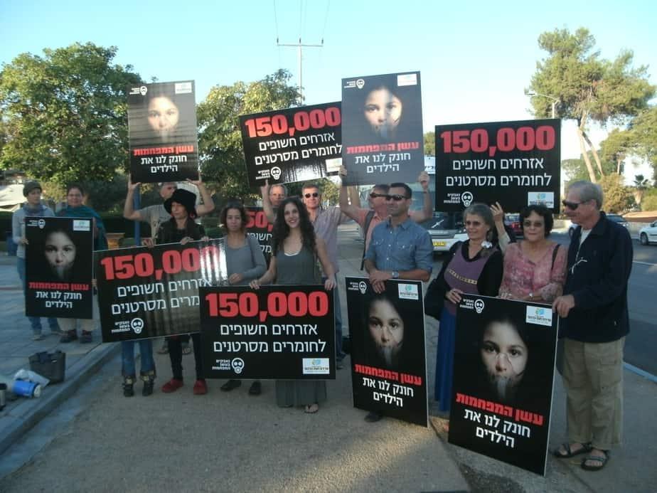 חלק מהמפגינים, בפרדס חנה, לפני עלייתם לאוטובוס להפגנה צילומים: נירית שפאץ