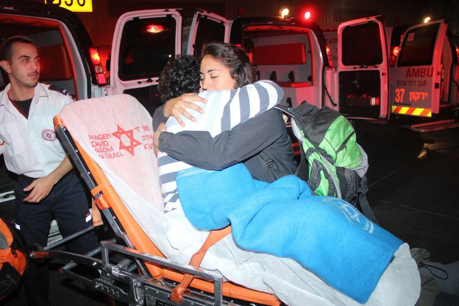 """צוותי מד""""א קולטים בנתב""""ג את הנפגעים מנפאל (צילום: דוברות מד""""א)"""