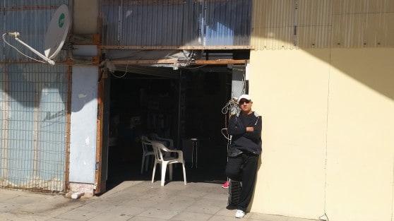 """יו""""ר ועד הסוחרים יוסי דניאלי בכניסה לשוק (צילום: רותם כבס"""