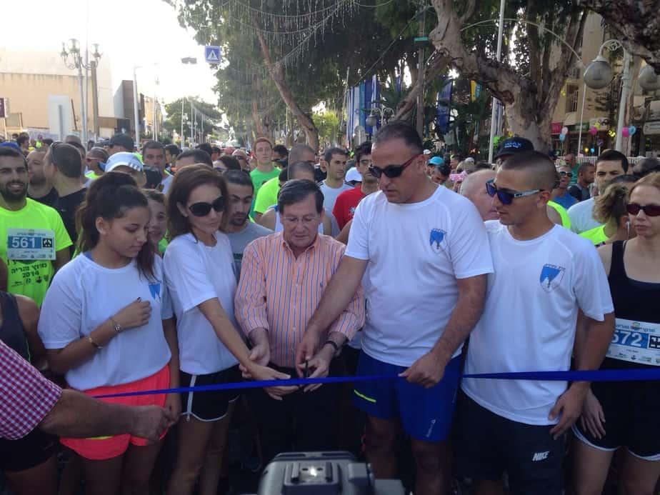 משפחת ברסנו מזניקה את המירוץ יחד עם ראש העירייה ז'קי סבג (צילום: רונן שטרית)
