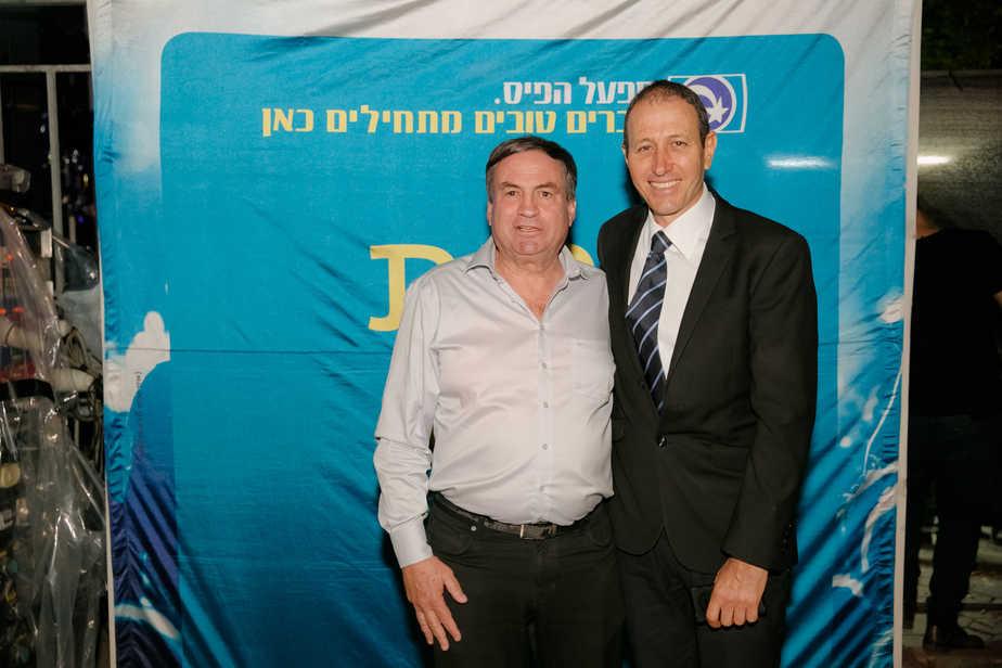 """שמעון לנקרי ראש עיריית עכו ואלוף (במיל') עוזי דיין יו""""ר מפעל הפיס."""