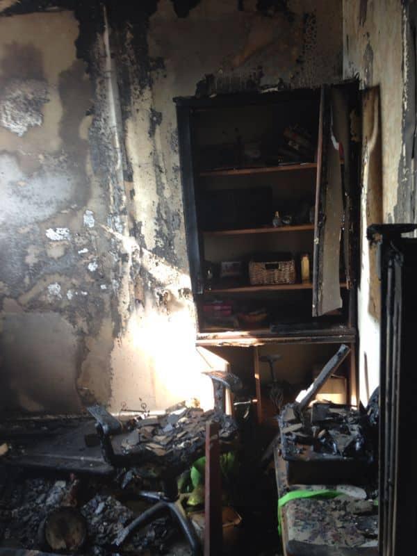"""הממ""""ד עלה באש. דירה ברחוב יגאל אלון בקרית מוצקין (צילום: כיבוי אש מחוז חוף)"""