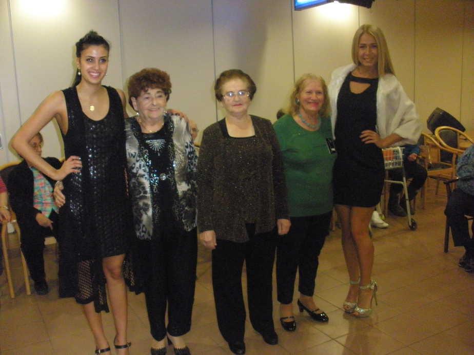 """דוגמניות הבית גרציה הגואל, רוזיקה שפר, אדלה בירמן והדוגמניות קארין ופולינה. צילום: יח""""צ"""