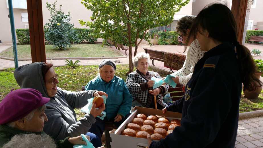 חנוכה שמח לניצולי השואה בעכו