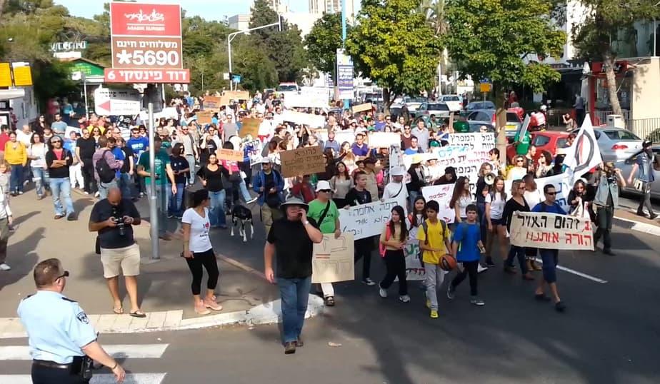 מאות מפגינים זועמים. צילום: מיכל שוקרון  ארגון מגמה ירוקה