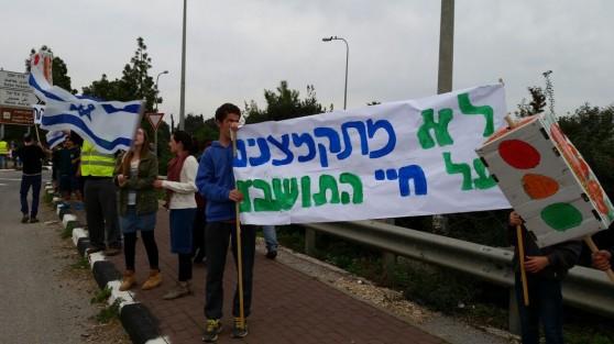 הכתובת על הקיר. תושבים דורשים הצבת רמזור בעמק יזרעאל (צילום עצמי)