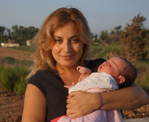 אתגר ספורטיבי. דלילה חטואל-ברוך עם בתה התינוקת (צילום: באדיבות איגוד הסיף)