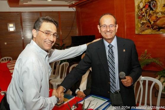 חברים? אלדר וקונינסקי לפני תחילת הישיבה ביום רביעי שעבר צילום: אלכס הובר