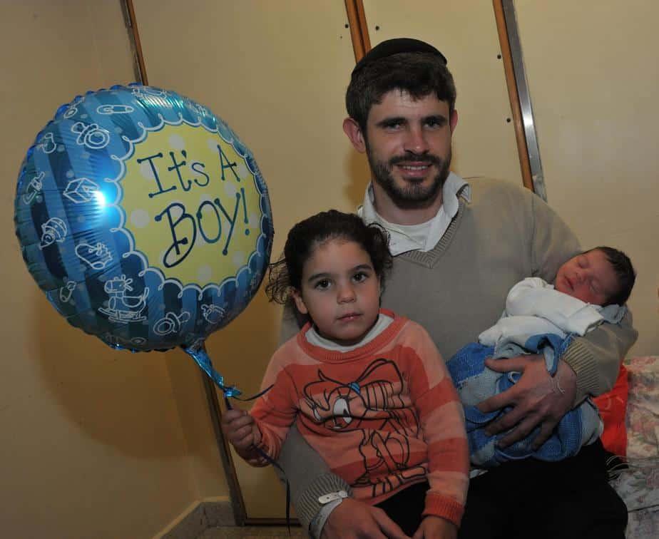 אייל מרום, הבת נועה והתינוק הקטן. צילום: דוברות המרכז הרפואי גליל