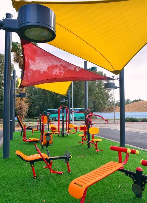 הצללות לנוחות התושבים. מתחם הכושר בפארק הספורט בקרית חיים (צילום: צבי רוגר)