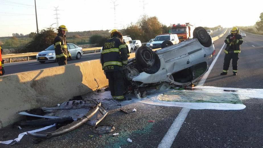 הצוותים המסייעים בתאונה (צילום: כיבוי אש)