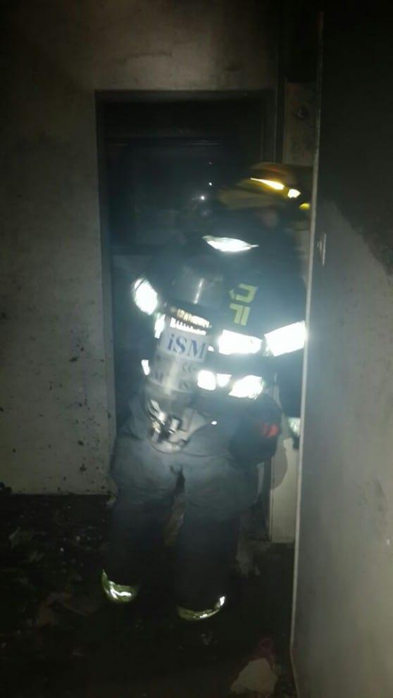לוחמי האש בפעולה (צילום: דוברות כבאות והצלה)