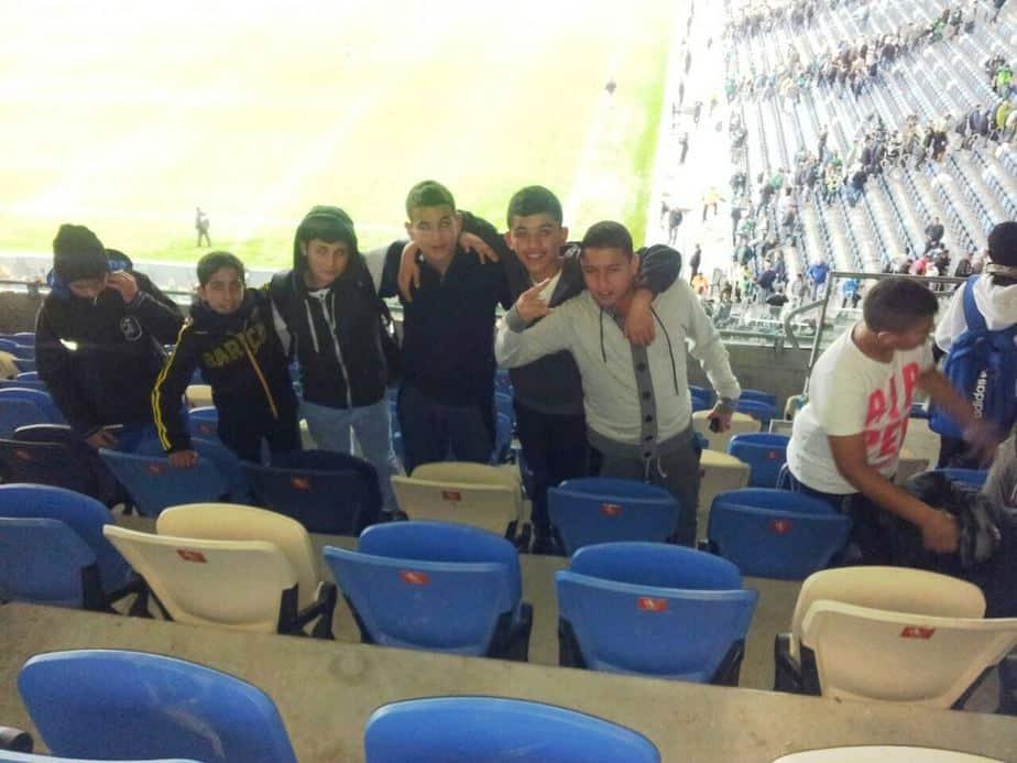 ילדי מדעים ויהדות באצטדיון סמי עופר (צילום: באדיבות מדעים ויהדות)