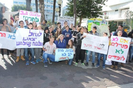 רוצים גם לכייף. הפגנת התלמידים בכיכר העירייה (צילום: אדריאן הרבשטיין)