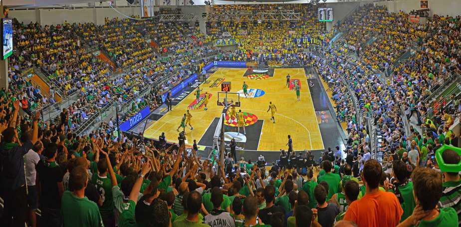 משחקים כדורסל בהיכל הספורט ברוממה, חיפה (צילום: צבי רוגר)
