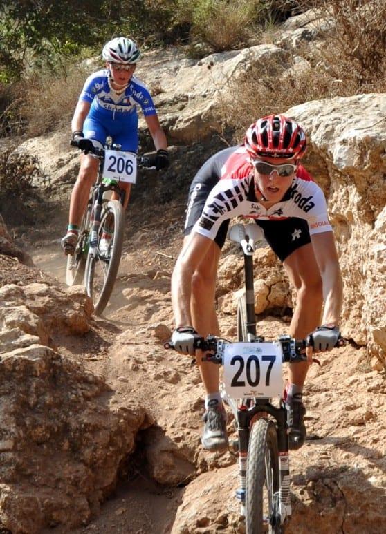 לרכב על האופניים בין סלעי העיר ההררית (צילום: צבי רוגר)
