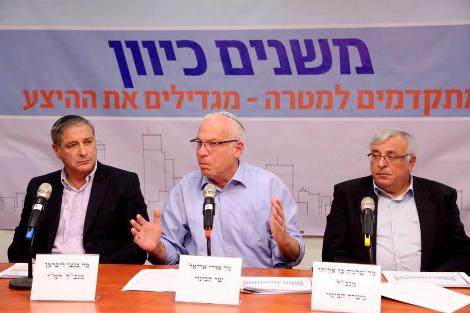 """""""עבדנו קשה"""". אנשי משרד הבינוי ורשות מקרקעי ישראל . צילום: דוברות משרד הבינוי"""