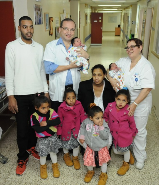 משפחת עמאש בהרכב מלא עם הצוות הרפואי  (צילום: יצחק ברבי)