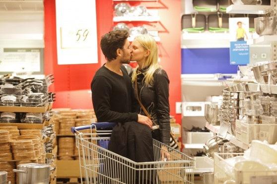 נשיקה חטופה בקניות. רז זלצרמן ואלכסה דול מהמירוץ למיליון (צילום: שוקה כה)