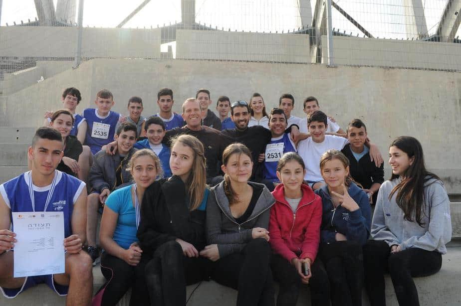 שמים את נהריה על המפה. המאמנים שלום וגונן עם תלמידי נבחרת האתלטיקה קלה (צילום: עצמי)