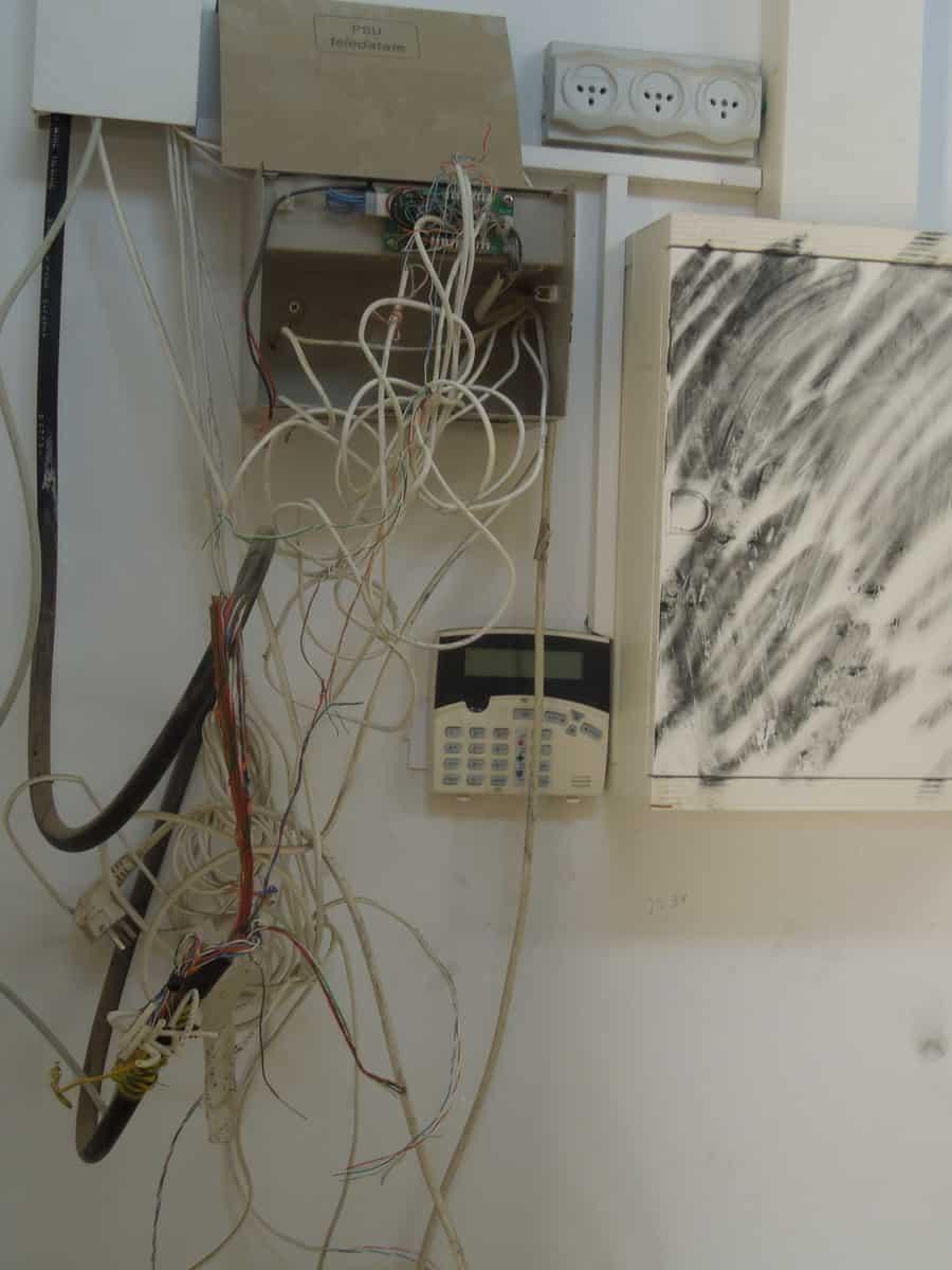 """כבלים שנקרעו מהדף הנפצים (צילום: יח""""צ)"""