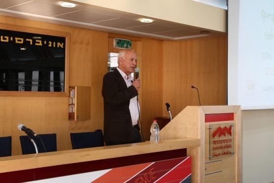 """מנכ""""ל איגוד ערים להגנת הסביבה במפרץ חיפה ד""""ר עופר דרסלר מציג את הפרויקט (צילום: אוניברסיטת חיפה)"""
