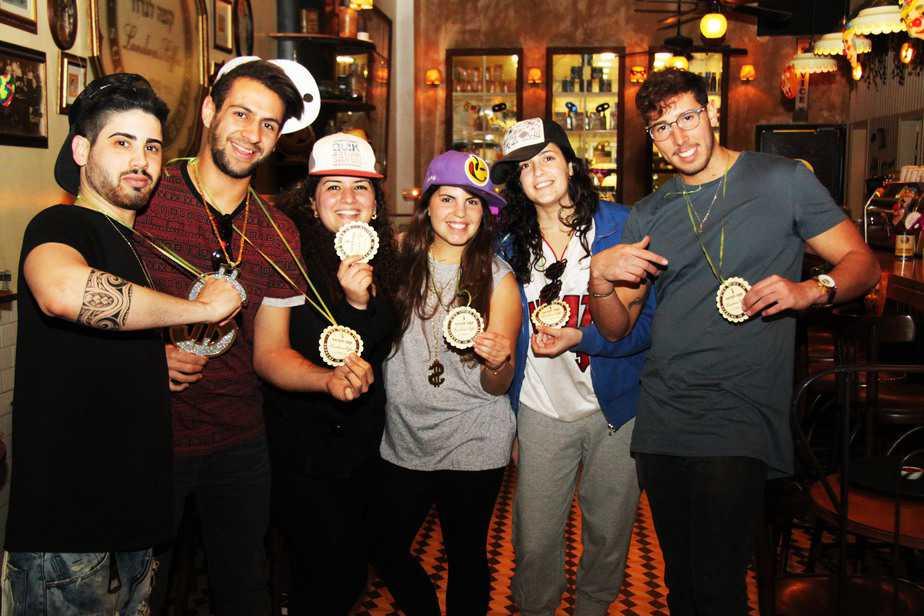 עובדי קפה לנדוור גן שמואל משתעשעים (צילום: אגמדיה)