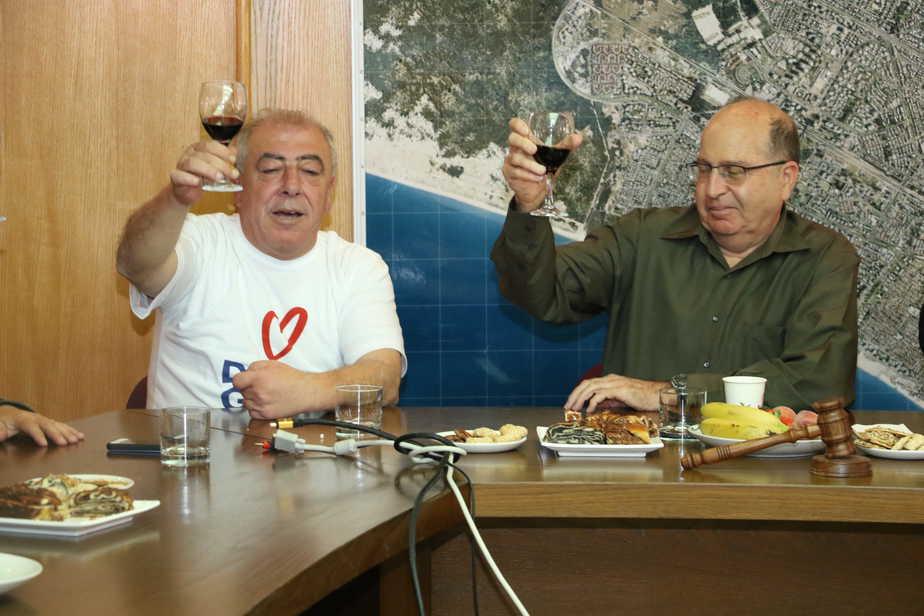 יעלון ואבן צור מרימים כוסית (צילום: דוברות עיריית קרית ים)