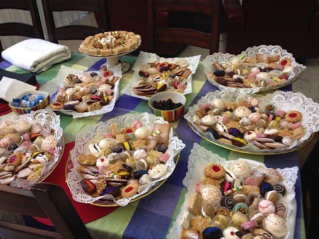 שולחן המימונה בביתה של צילה רשף (צילום באדיבותה)