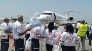 """מתנדבי מד""""א מקבלים את המשפחות שחזרו מקטמנדו (צילום: דוברות מד""""א)"""