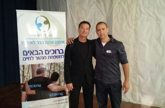 """אלון אולמן עם איתי קנר מנכ""""ל עמותת מנטור לחיים (צילום: מאור לוי)"""