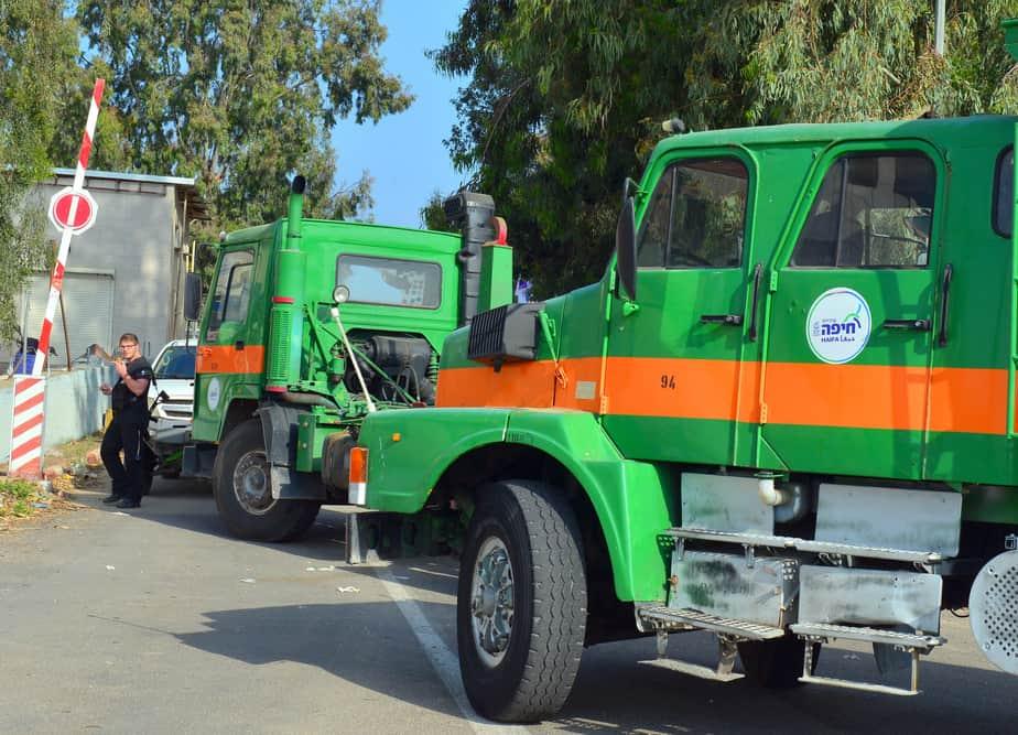 משאיות העירייה מגיעות לחסום הכניסה למפעלים (צילום: עיריית חיפה)