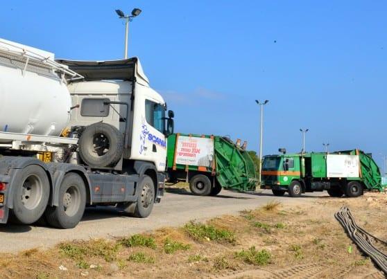 משאיות הזבל חוסמות את הכניסה למפעלים במפרץ חיפה