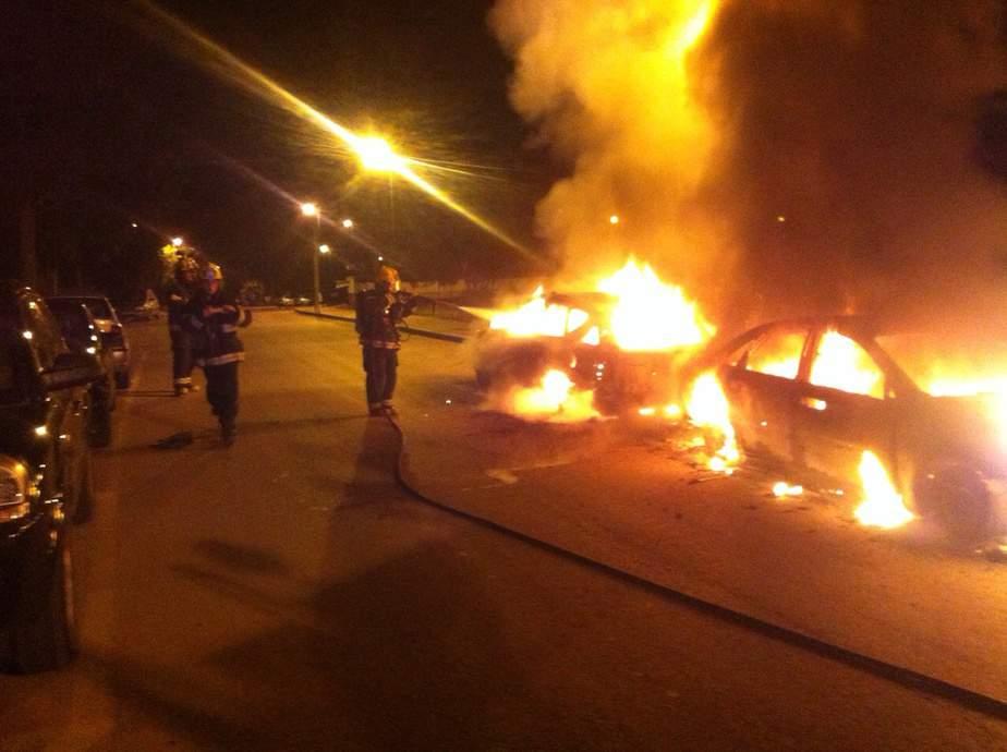 מכוניות עלו באש בקרית אתא (צילום: כיבוי אש מחוז חוף)