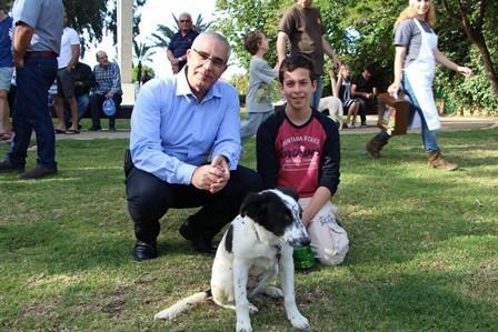 """ראש המועצה אלי אבוטבול באירוע חניכת פארק הכלבים  (צילום: באדיבות מתנ""""ס זכרון יעקב)"""