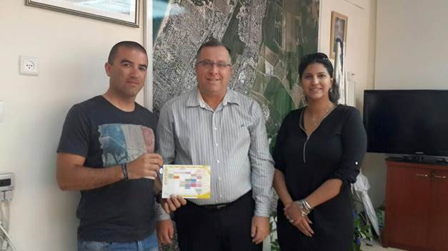 אלי דוקורסקי ראש עיריית קרית ביאליק (במרכז) מעניק את הפרס לגונן כהן (צילום באדיבות העיריה)