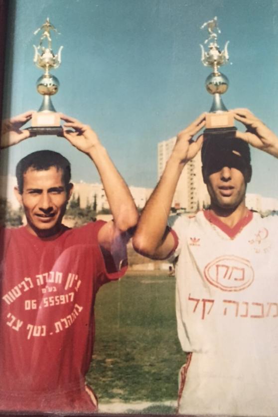 כדורגלני העונה הראשונים יגאל כהן ומשה גבאי צילום יורם בן יהודה