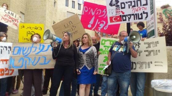 """הפגנת התושבים ופעילי """"מגמה ירוקה"""" היום מול המועצה הארצית לתכנון ובניה (צילום: ארגון """"מגמה ירוקה"""")"""