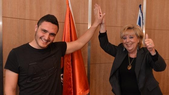 ברכת הצלחה לנדב גדג'  מראש העיריה פיירברג אייכר (צילום רן אליהו )