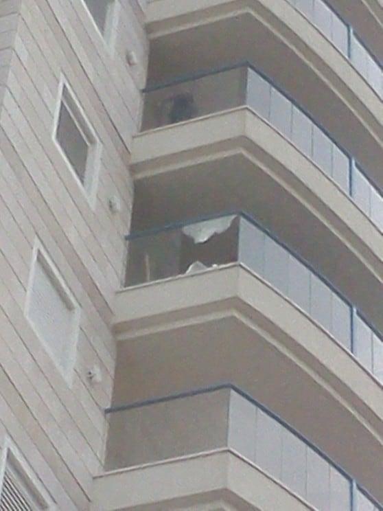 סכנת נפשות. זכוכית מנופצת בבניין בקרית ים (צילום עצמי)