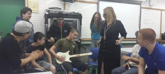 תלמידי הפרויקט יחד עם חבריהם מהכיתה התקשורתית והגיטרה (צילום: עיריית קרית ביאליק)