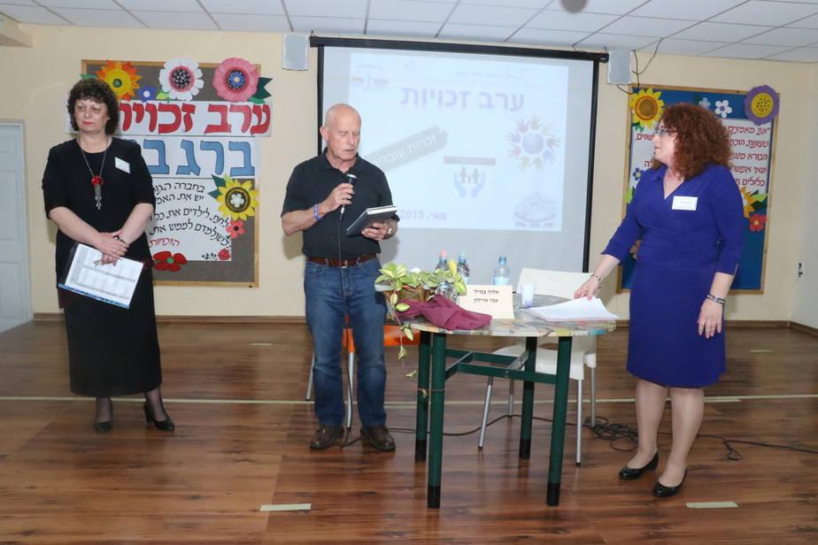 """יו""""ר אקים עמי איילון עם מנהלת בית הספר אילנה לוי ומנהלת מרכז ההפצה לאה זיכרמן (צילום: פוטו כרמלי)"""