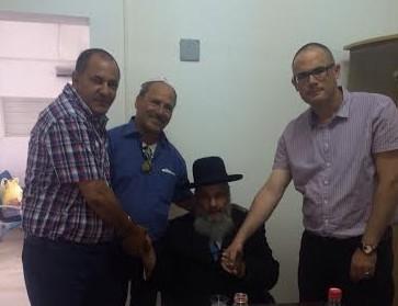 תקיעת מזוזה במשרדי אורפז. הרב איפרגן עם אדיר ברונשטיין, שמעון אשרף ואלי פרץ (צילום: עצמי)