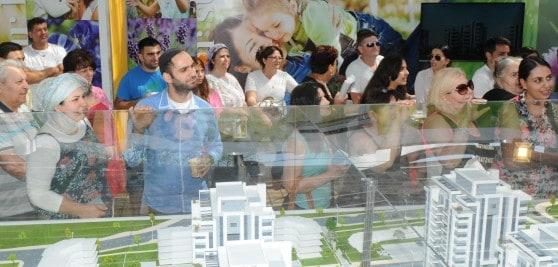 תושבי אור עקיבא ממתינים להגרלה בפרויקט OPARK ( צילום: ארטגרף)