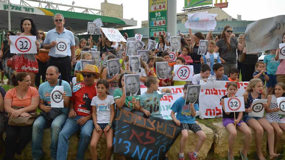 סרדינים בעמק.שביתת ההורים בעמק חפר (צילום :גרר לפונד)