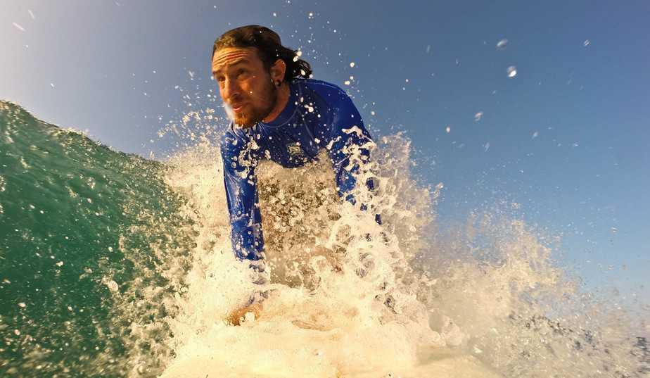 """""""הרוח והגלים היו המפלט שלי"""". ים לוריאן (צילום: מועדון גלישה לי-ים)"""