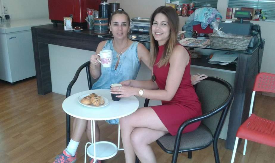 ביקור מהנה. הקואצ'רית מירי סדיק ודפנה כהן בעלת בית הקפה star bake (צילום: עצמי)