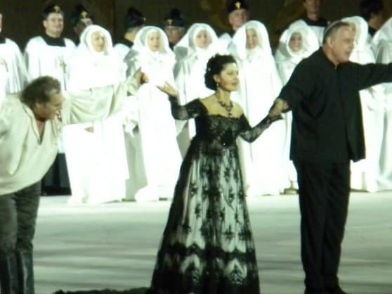זמרי האופרה עם המנצח דניאל אורן (צילום: ליאת אהוד)